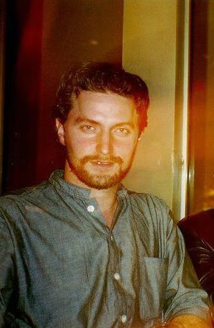 Richard Armitage while in the U.S. on the RSC Macbeth tour, June 2000. The photo was known before this, but I saw it here first.