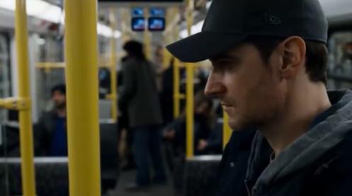 Daniel Miller (Richard Armitage) shadowing Claudia Garner in the Berlin subway, in Berlin Station 1.1.