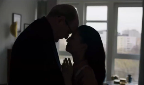 Steven (Richard Jenkins) and Sandra (Tamlyn Tomita) in her apartment, in Berlin Station 1.1.