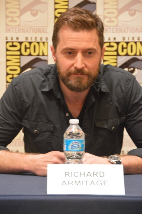 A picture of Richard Armitage looking boring; ComicCon 2012 autograph signing stand.